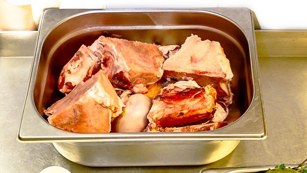 Как правильно варить бульон с костью для борща из говядины 16х9