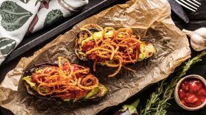 Мексиканские баклажаны с чипсами из лука_Meatless рецепт с фото