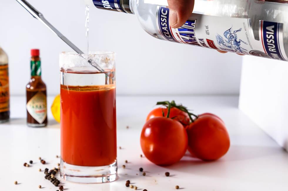 водка наливается в стакан с соком