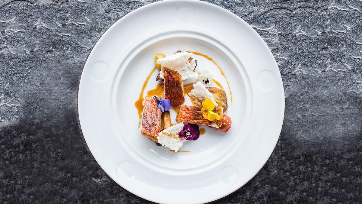 Барабулька с кунжутным мисо соусом и хрустящим баклажаном рецепт с фото