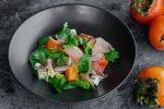 Салат с хурмой, шпинатом и испанским хамоном
