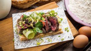 блинчики с мраморной говядиной, вешанками и салатом коул-слоу пошаговый рецепт с фото