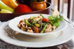 Гречневая лапша с морепродуктами и спаржей