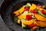 Салат из зеленых листьев с авокадо и манго