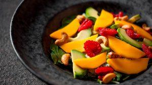 Постный салат из зеленых листьев с манго и авокадо