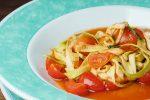 Фетучини из цукини с соусом из черри-томатов