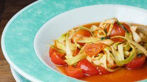 рецепт Фетучини или лапша из цукини с соусом из томатов черри пошаговый от шеф-повара ресторана с фото