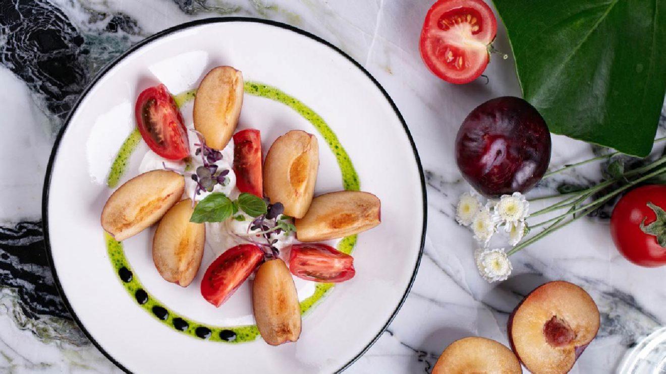 Страчателла, сливы, томаты ецепт салата