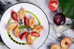 Салат со страчателлой, сливами и розовыми томатами